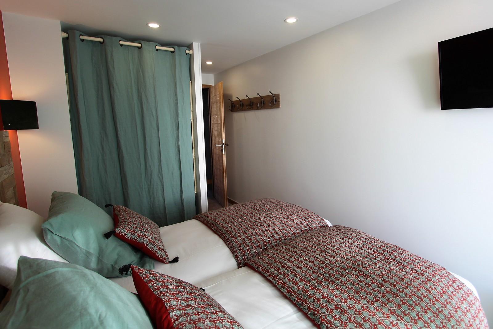 chambre tv confortable salle de bain individuelle