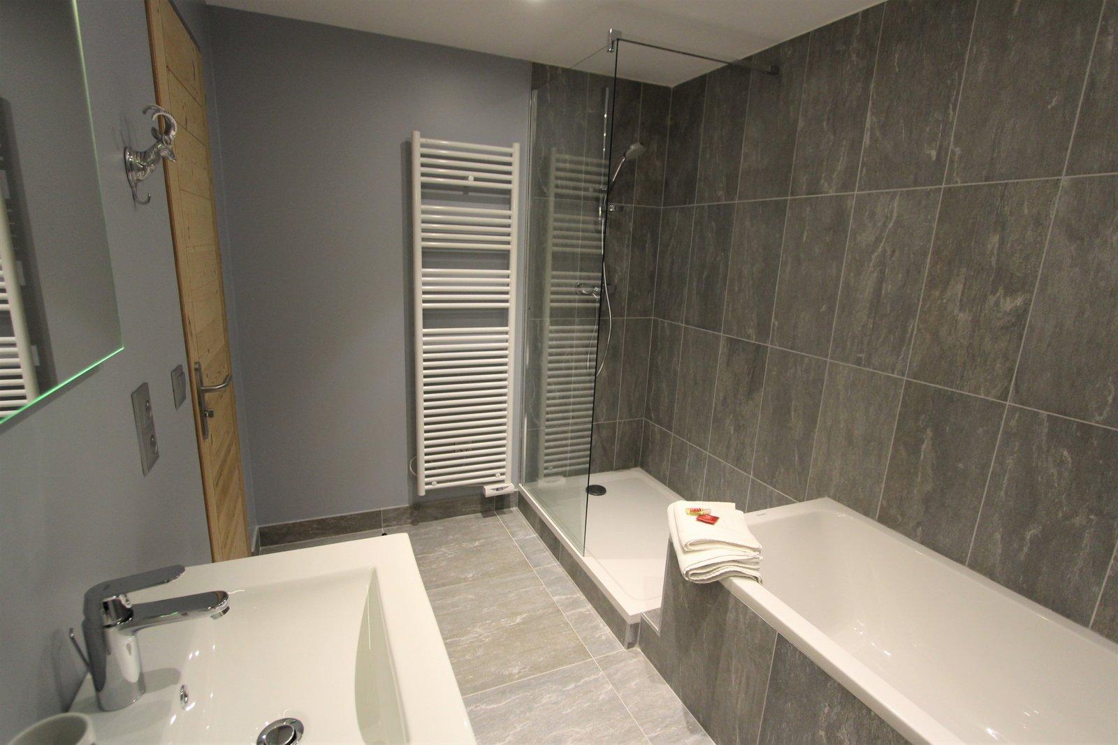baignoire douche lavabo double vasque serviettes